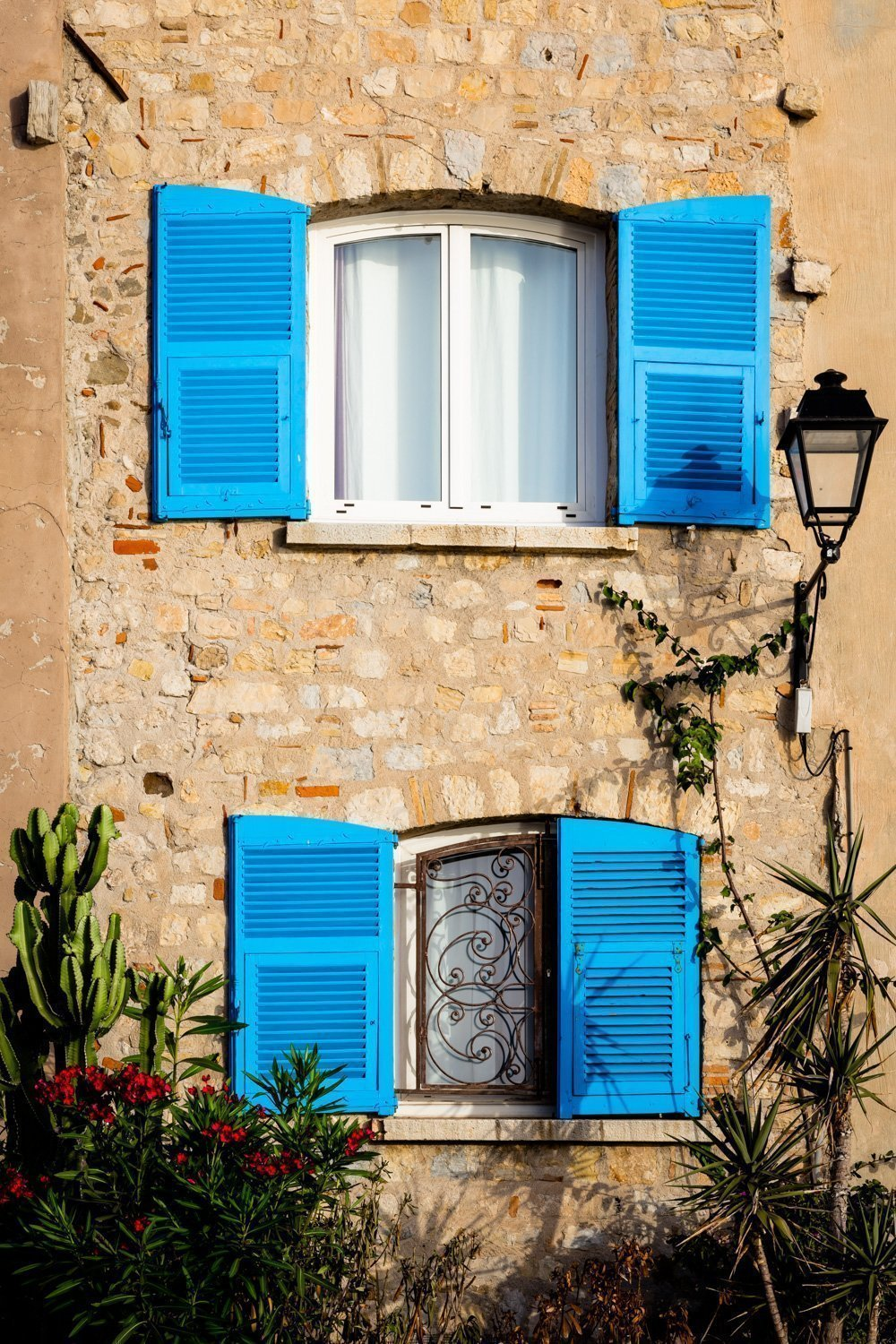 Blue_Shutters_Antibes_French_Riviera_Provence_Alpes_Côte-dAzur_South_France_Colour